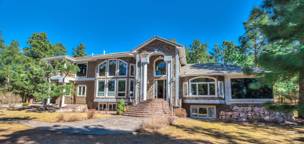 European Nobility: 7,957SF. 5BR 6BA 7FP Sleeps 16! - Monument - Vacation home