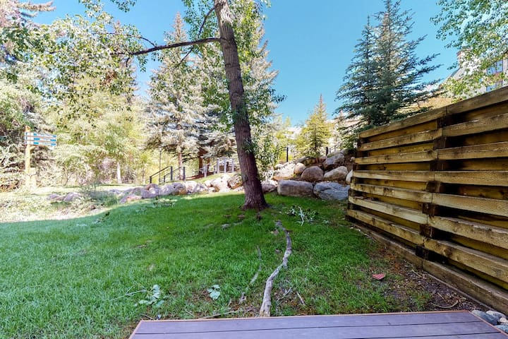 Ground floor home w/shared pool & hot tub/balcony - close to lifts & downtown!