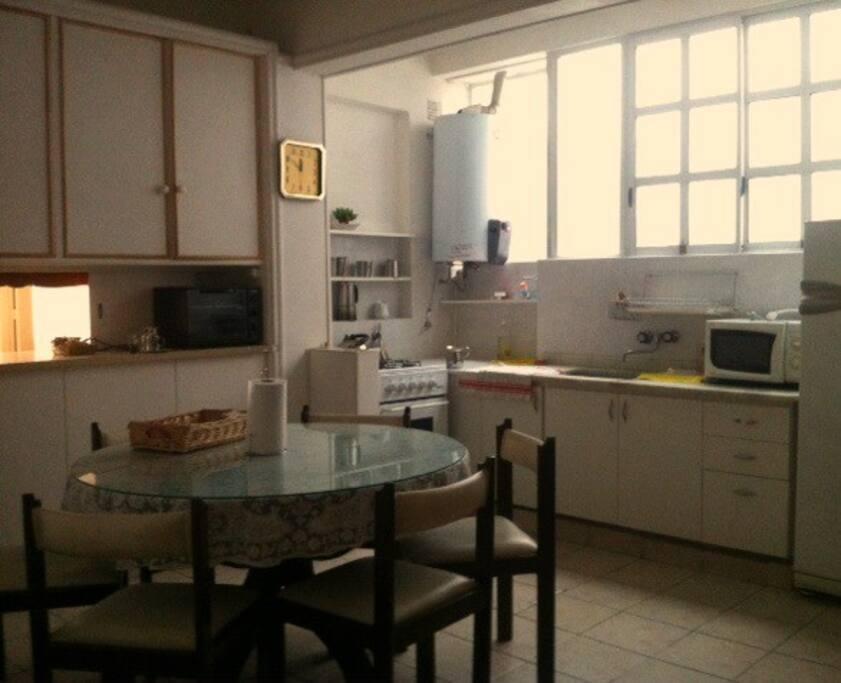 cocina comedor, con cocina completa, microondas y horno electrico