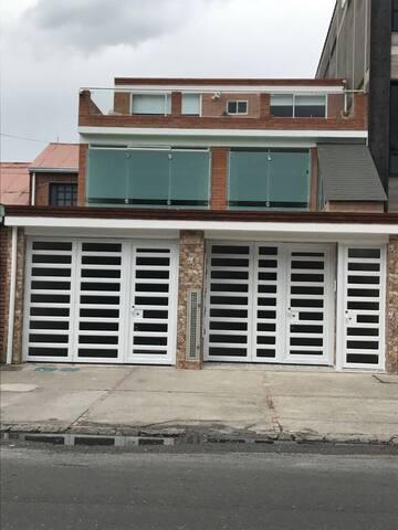 Habitación amplia con baño privado. - Богота - Дом