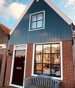 Huisje aan haven dichtbij Amsterdam