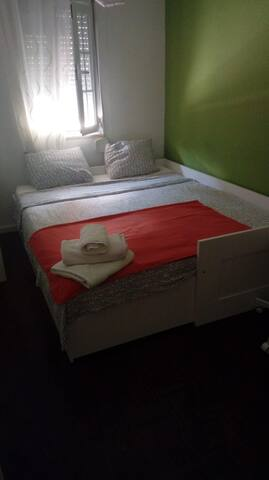 Expandable bed with 2 mattresses