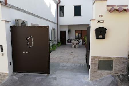 Ampio appartamento accessoriato, ampio cortile.