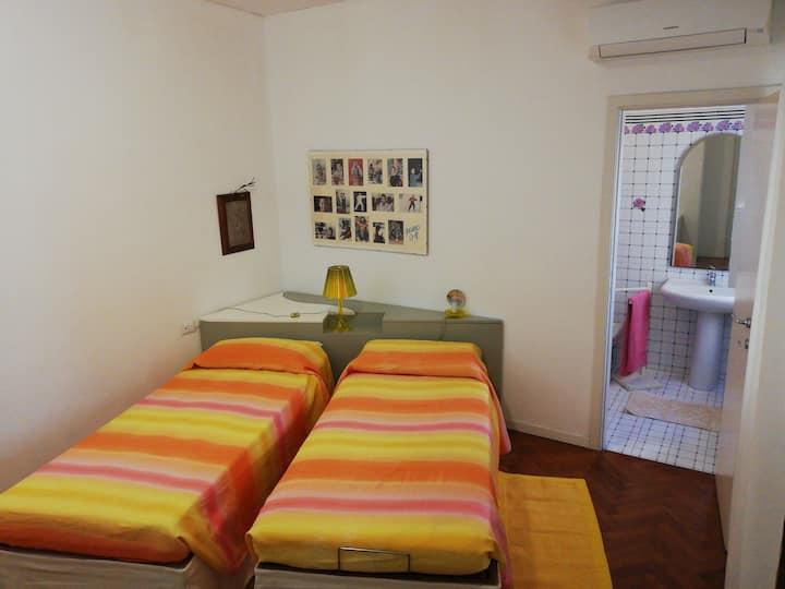 Camera privata con bagno e aria condizionata