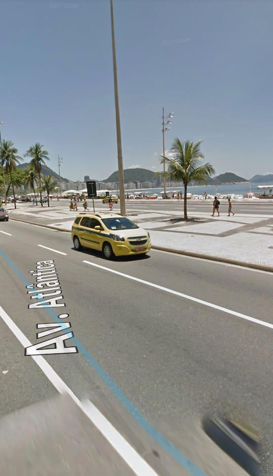 Saída do prédio para praia de Copacabana