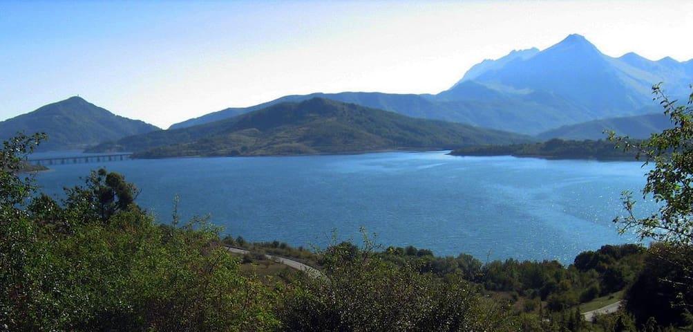 Lago di Campotosto Vista Lago - Campotosto - Hus