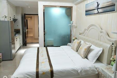 【云歌·倾颜】万达广场/轻奢简欧风格/阳光江景房/高品质床垫舒适大床房/方便做饭整租