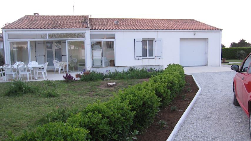 Maison avec jardin arboré de 1500m2 - Loix - Hus