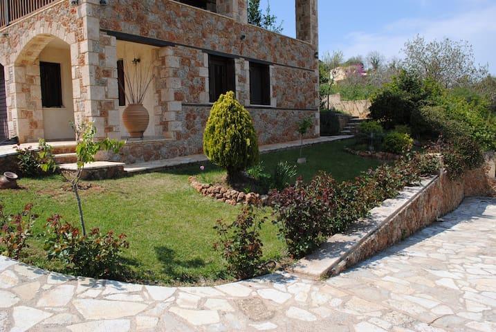 The stone house among the vineyards (2 επισκέπτες)