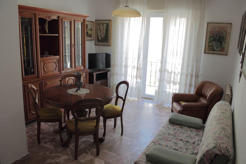 Living Room with Balcony, Salotto con Balcone