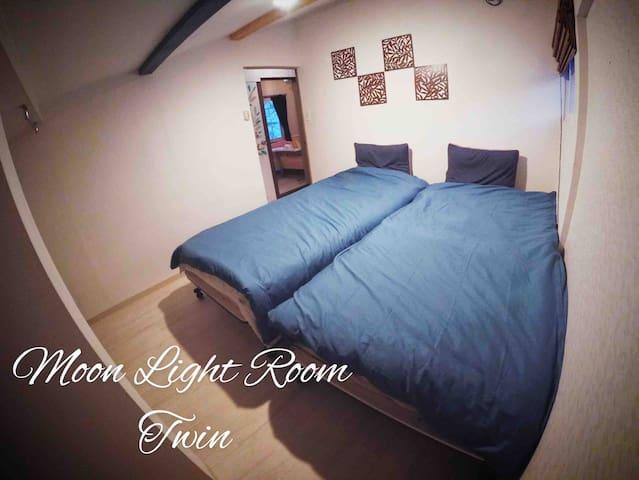2階2人部屋 ムーライトは屋根のせり出しがなく、その名の通り小さな窓から寝ながら月が見えます。天井は三角屋根の形で山小屋風の落ち着く部屋です。カップルや、夫婦で使用するのがオススメです。Chalets have 5 bedrooms. This is a twin room moonlight.