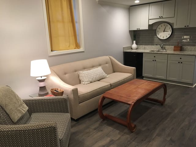 Private 2 bd w/ kitchen and bath-sleeps 4 +