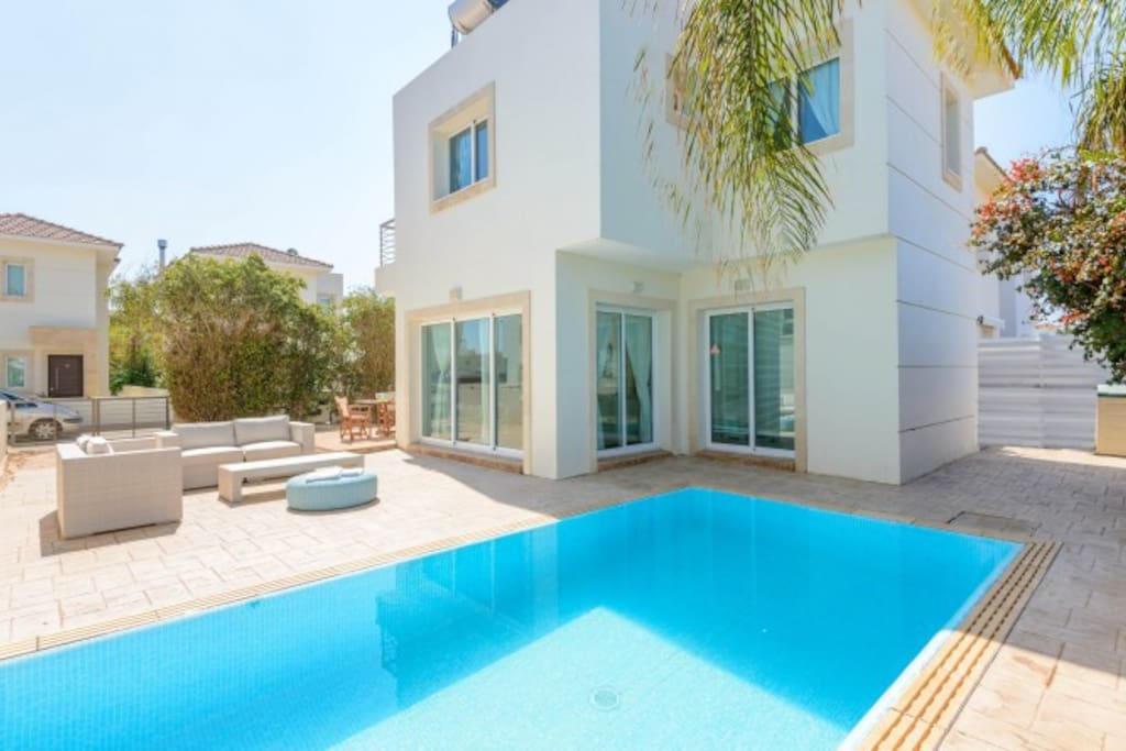 Private pool, sitting area, parking