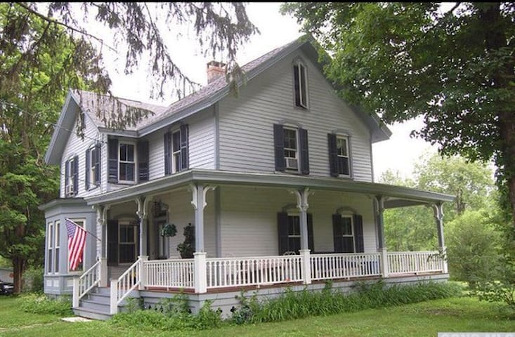 Hudson Valley and Berkshires Victorian Farmhouse - Old Chatham - บ้าน