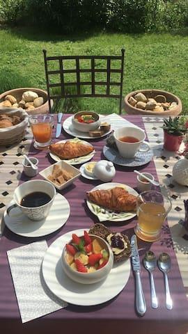 Le petit-déjeuner servi à l'extérieur sous la pergola