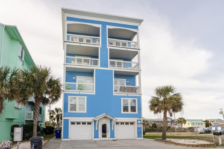 Big Blue-A Cozy and Well Kept Condo Just Steps from the Beach