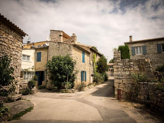 La maison bleue, 65 m² de charme et de caractère.