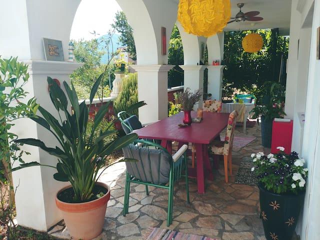 Exotic studio, flowery loggia, pool & park