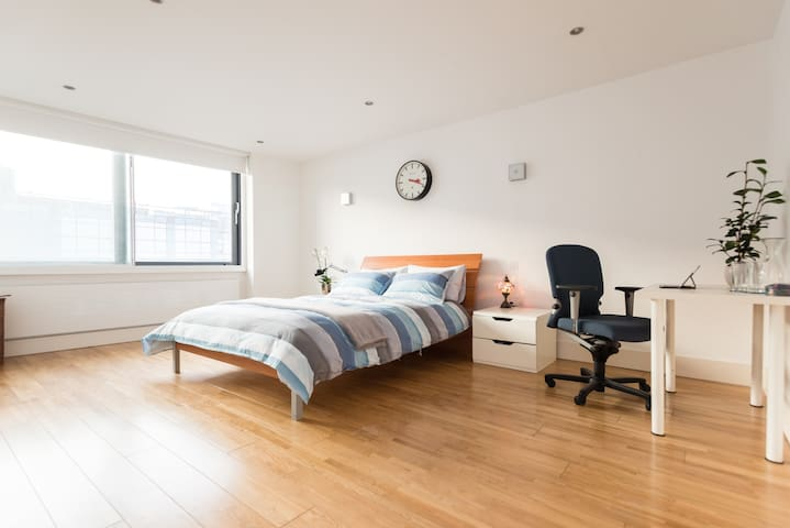 Spacious double bedroom in Clerkenwell penthouse - ลอนดอน