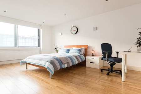 Spacious double bedroom in Clerkenwell penthouse - London - Apartment