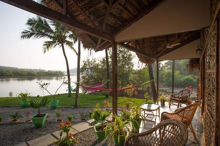 Luxury AC Riverview Cottage2 - Rajbag-Patnem beach - Canacona