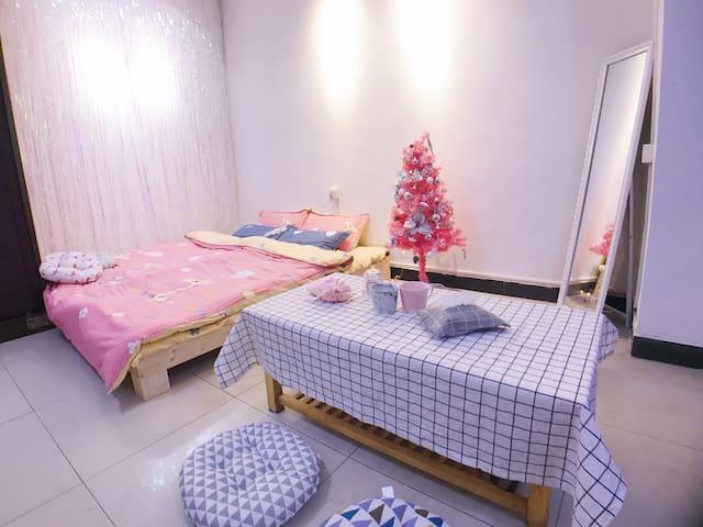 【可长短租】【壹·粉色圣诞】近五一商圈 少女心1.8M榻榻米 楼下茶颜 老长沙小吃环绕