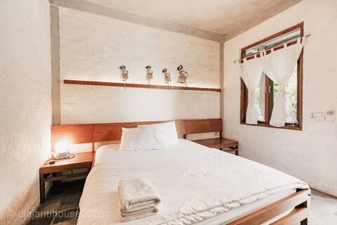 Retro Executive Triple Double bed plus Single bed