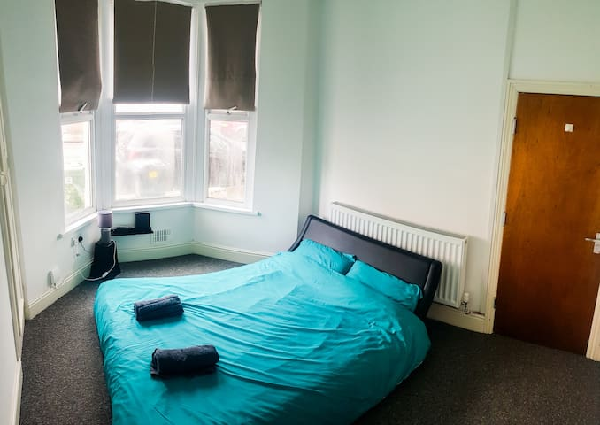 Large Double Bedroom By Cardiff Town Centre
