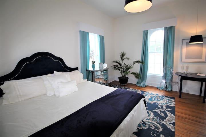 The Munro House: Elizabeth King  Suite.ensuite