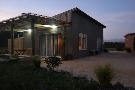 Spacious Vineyard Cottage for 1-3☀︎Off Grid Solar