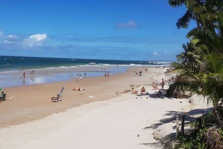 Hospede-se num lugar lindo a 50m da praia.