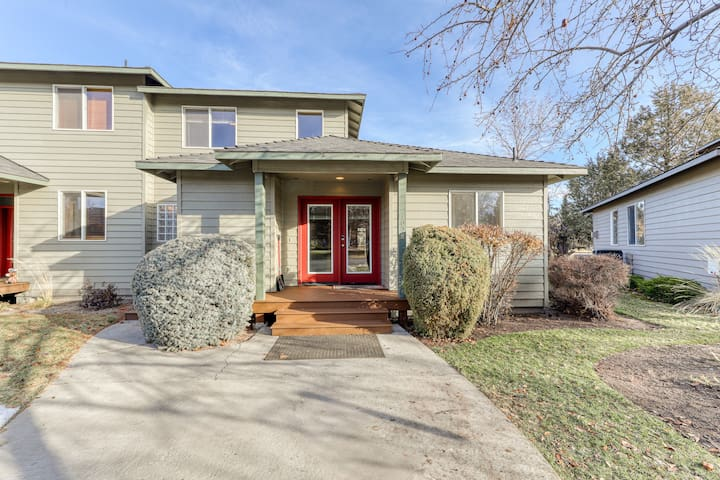 Homey home close to golf, shared pool & hot tub, and other resort amenities!