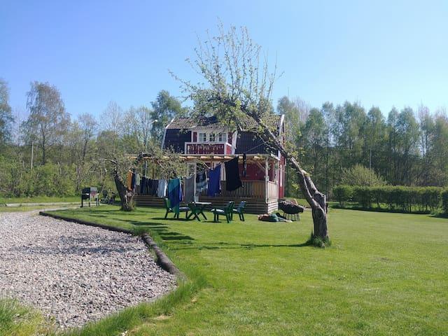 Sommerhus med båt