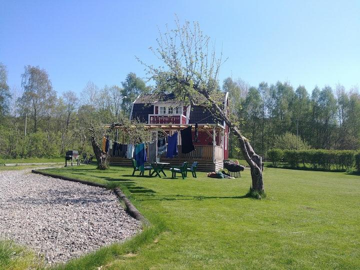 Sommerhus med båt og sjøutsikt