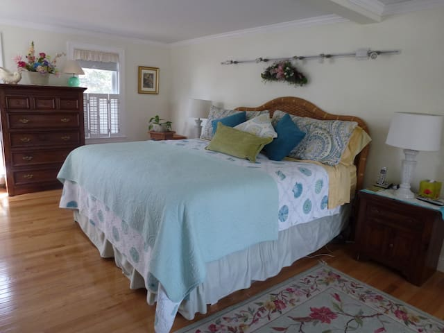 CAPE COD KING Large Room Walk to Monument Beach - Bourne