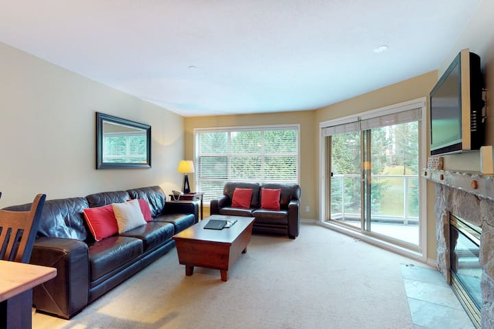Lovely ski-in/ski-out condo w/ fireplace, balcony & shared pool/hot tubs!