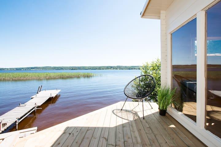 Nybyggt hus precis intill vattnet