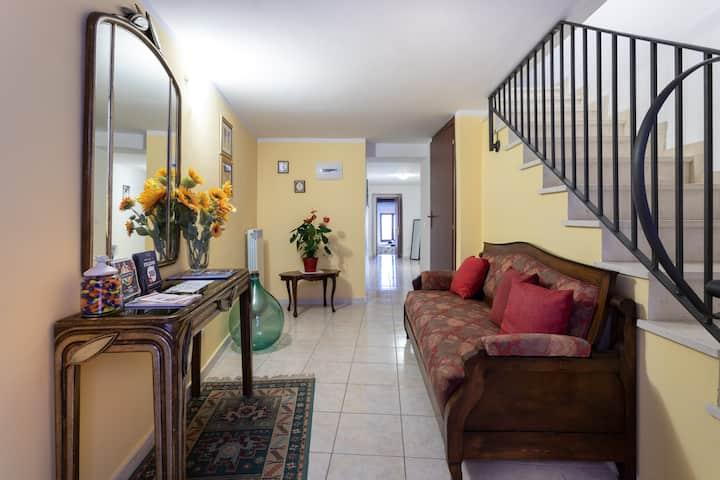 San Salvatore: intera casa in pieno centro storico