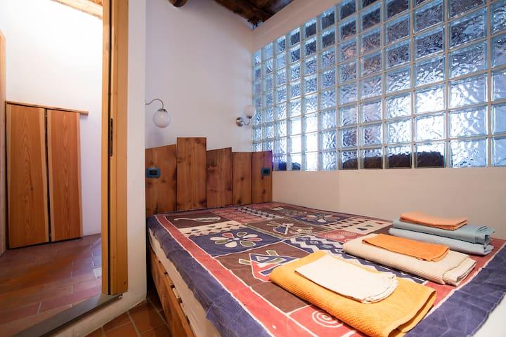 camera da letto con letto alla francese