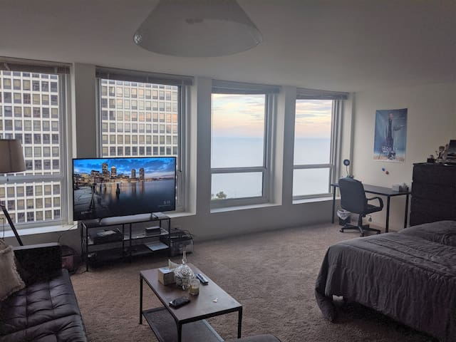 Studio Apt - Lake View + Pool, Gym, Jacuzzi