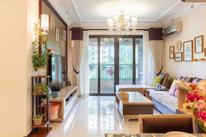 南北朝向、阳光充足的客厅,带给您明媚愉快的每一天。