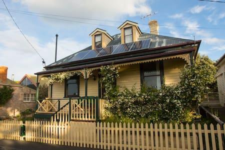 Lovely Loft and lounge: 15-20 mins walk to CBD - West Hobart - Casa