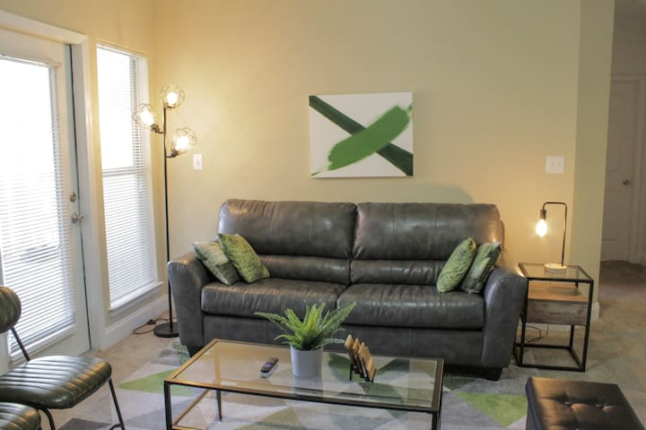 """""""Green Leaf Retreat"""" King bed, cable, free parking"""
