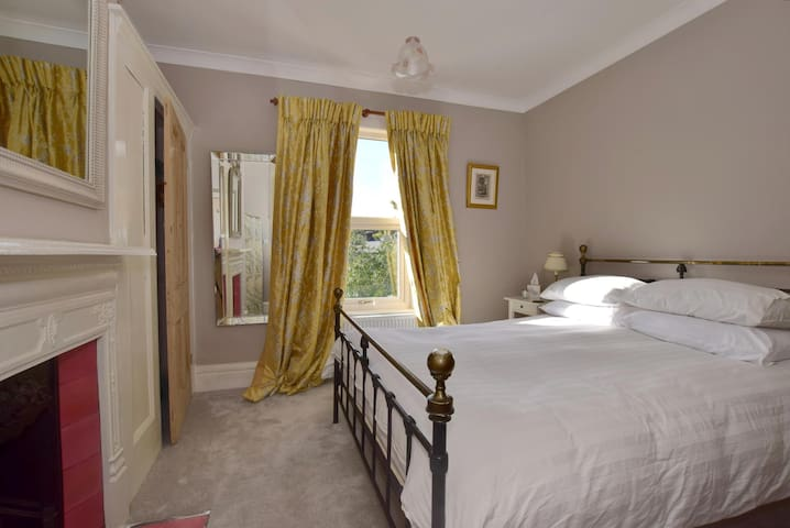 Ensuite Room in Large Edwardian House with Parking