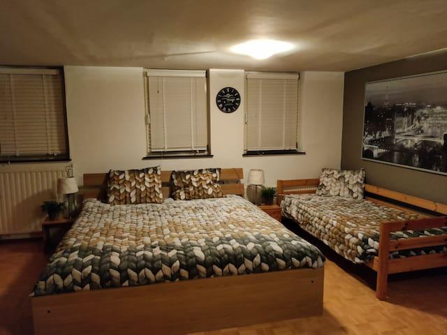 Een twee en een eenpersoonsbed. Mogelijkheid voor een vierde bed.