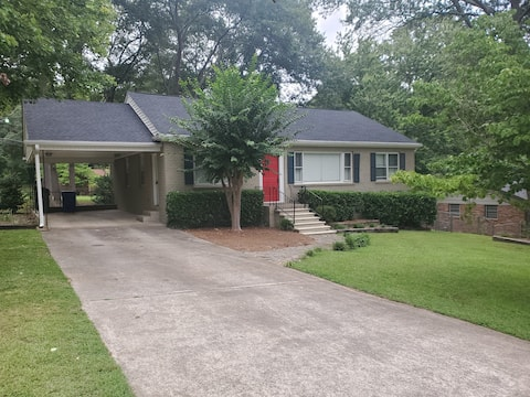 CityScape 3 BR/2BA w/country feel located in city.