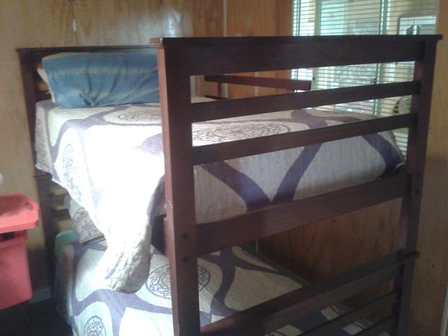 dormitorio para 3,..un camarote y 1 cama de 1 plaza individual