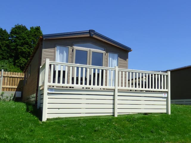 HOLIDAY HOME 1, family friendly, with pool in Looe, Ref 962432