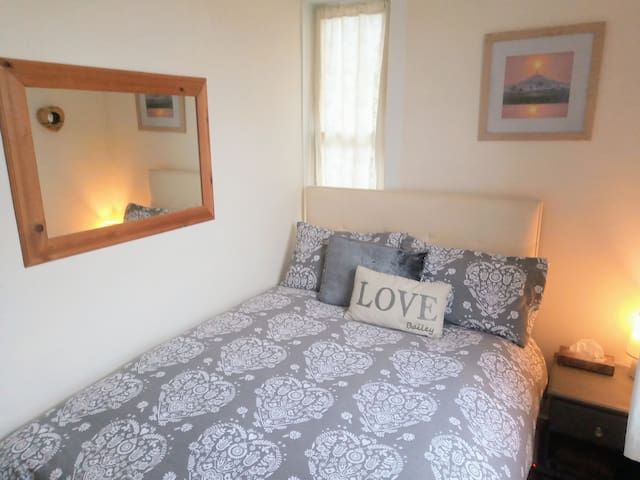 Avalon Retreat Cosy Double B&B central Glastonbury