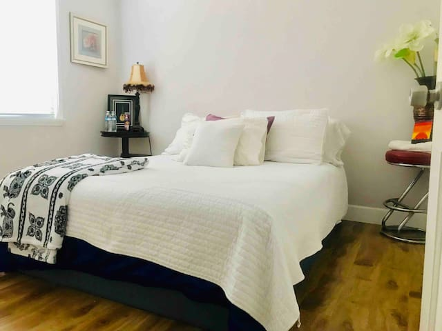 Cozy room in house reseda with private entrance.